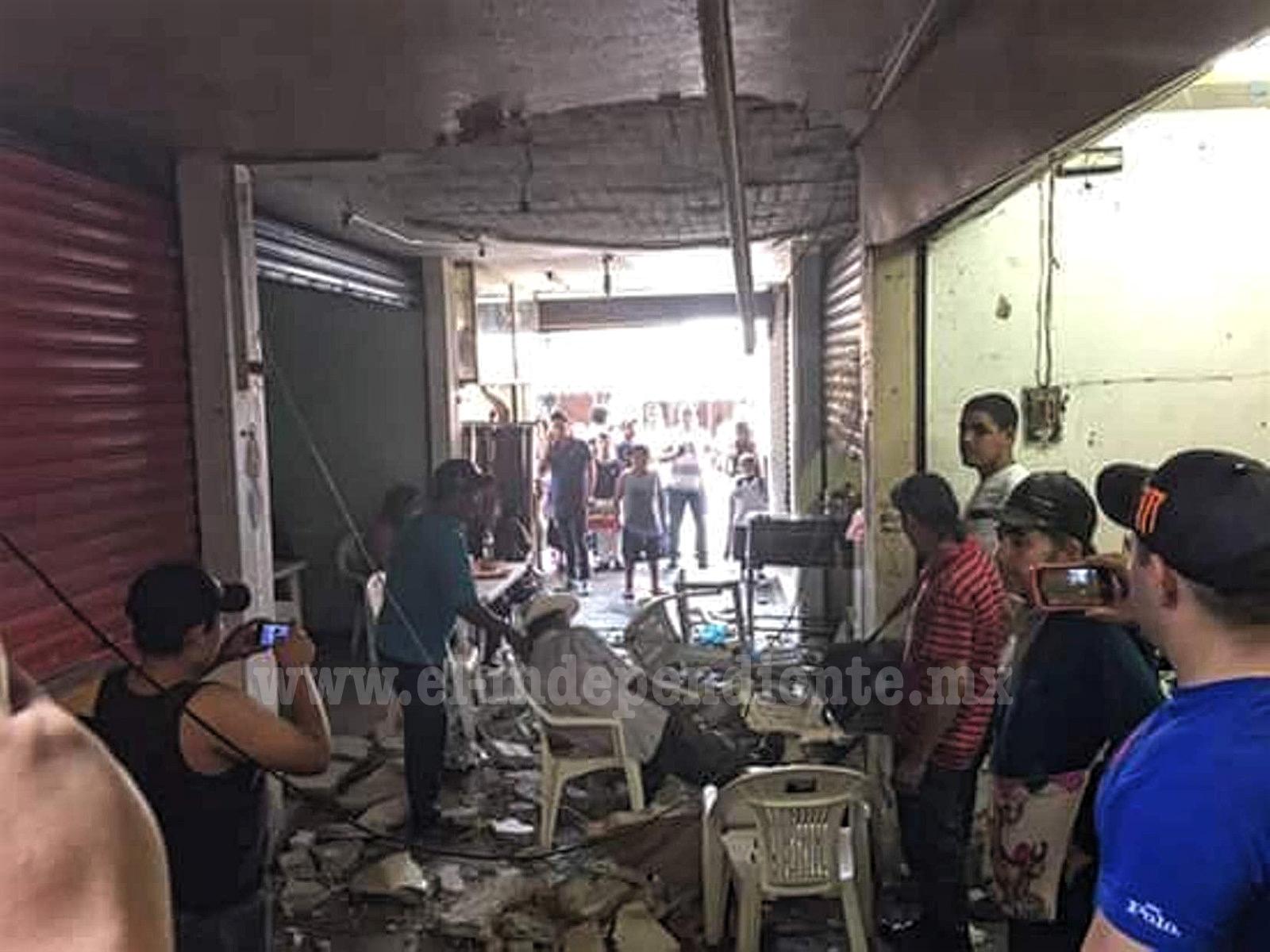 Tres heridos al caer por tercera ocasión parte del techo del mercado de Los Reyes