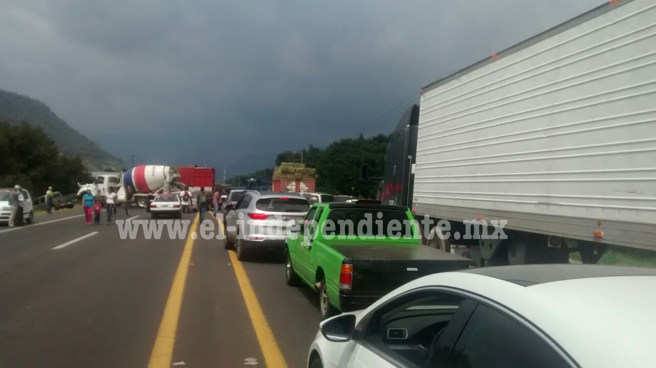 """Federales detienen a dos """"rurales"""" en Uruapan y se desatan bloqueos"""