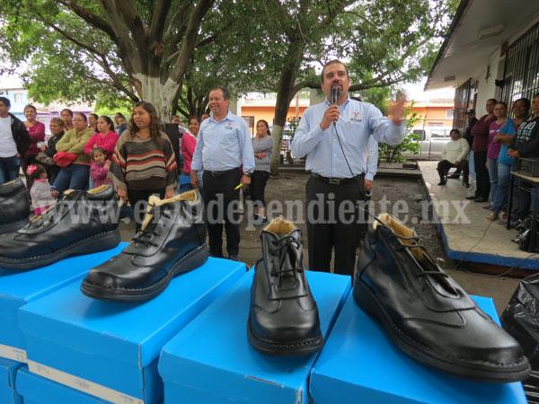 En Ixtlán dotan de calzado escolar a cerca de dos mil infantes