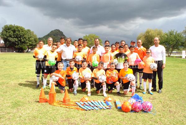 Entregan apoyo a Escuela de Fútbol de Salvador Vaca