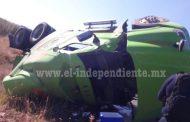 Trailero se salva de milagro al volcar su camión en la Zamora – La Piedad