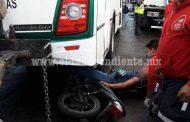 Derrapa su motocicleta y termina prensado contra un camión pasajero en Zamora