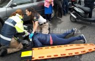 En un tope derrapa su motocicleta y resulta herida
