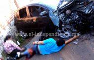 Choca contra un poste, impacta contra motociclistas y huye abandonando su auto