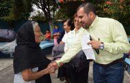 Alcalde de Ixtlán entrega cobijas a población necesitada