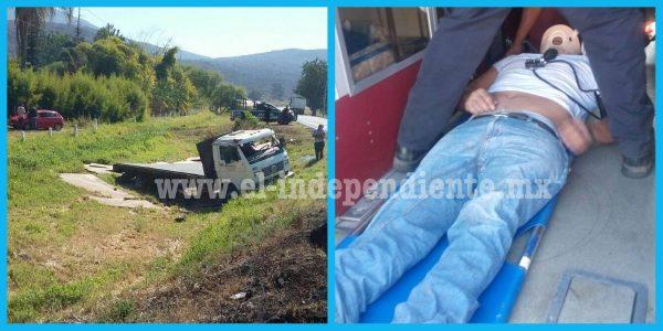 Vuelca camión de carga en la carretera Zamora – La Barca