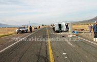 Aparatoso choque en Ecuandureo deja dos lesionados y cuantiosos daños materiales