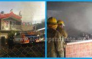 Rescatan a una menor al quedar atrapada  en incendio de vivienda en Los Reyes