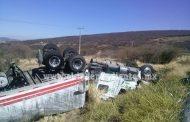 Vuelca camión cargado con toneladas de aguacate en la curva de