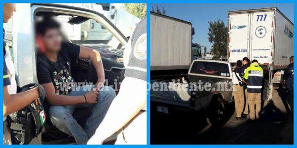 Choca camión de carga contra camioneta en Zamora