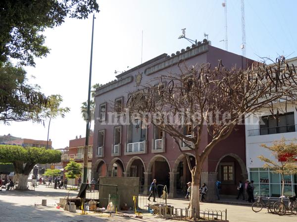 Ciudadanos inconformes por diseño del asta bandera en plaza principal