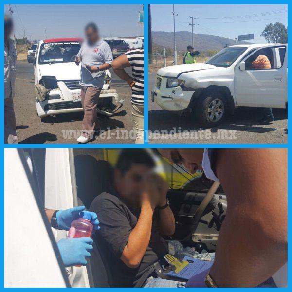 Chocan taxi y camioneta en la Zamora - Tangancícuaro