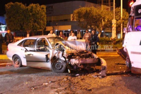 5 lesionados tras fuerte choque de auto y camión en La Piedad