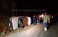 Ileso taxista luego de volcar su unidad en el Libramiento de Zamora