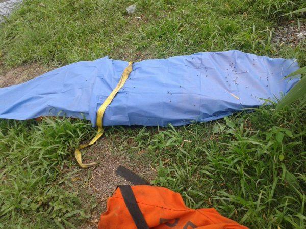 Encuentran a un hombre muerto en canal de riego de Tangancícuaro