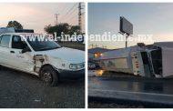 Vuelca pipa y choca contra un taxi en el Libramiento Sur de Zamora