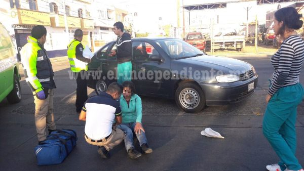 Mujer resulta levemente lesionada al ser impactada por un auto en Zamora