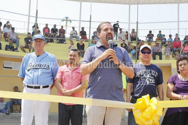Invierten casi millón de pesos en construcción de gradas y sanitarios de cancha de béisbol