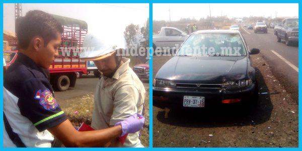 Chocan moto y auto en Zamora; un herido