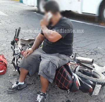 Motociclista herido al chocar contra camioneta en la Zamora – La Barca