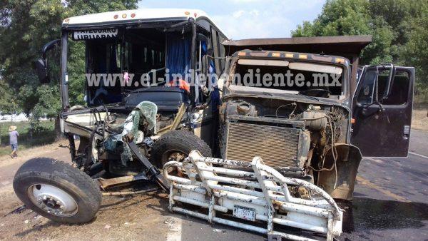 Seis lesionados en un encontronazo entre autobús de pasajeros y torton