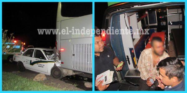 Taxista impacta por alcance contra autobús estacionado