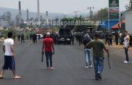 Policías liberan a 2 detenidos para evitar confrontación con manifestantes