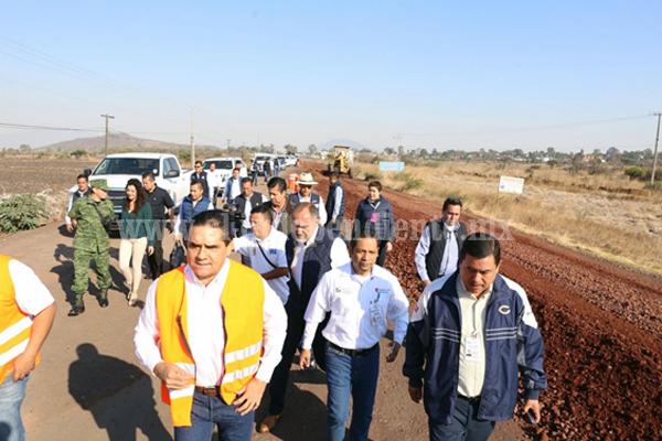 Supervisa Silvano Aureoles obra en camino Puruándiro - Villa Morelos