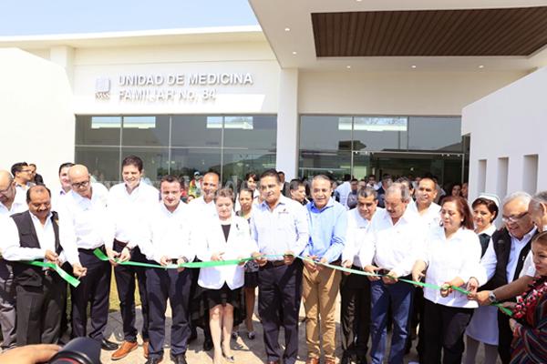 Inauguran Gobernador y director general del IMSS Unidad de Medicina Familiar No. 84 en Tacícuaro