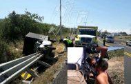 Lesionado chofer al incrustar su camioneta en barra de contención