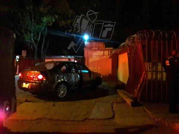 Adolescente choca su auto contra el CBTis 52 de Zamora