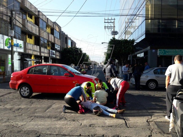 Dos mujeres heridas en aparatoso choque contra un auto
