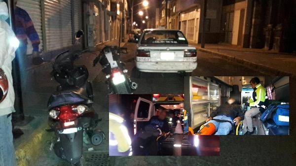 Motociclista derrapa e impacta contra un taxi