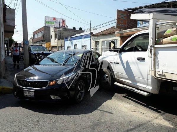 Choque deja daños materiales en la colonia El Carmen