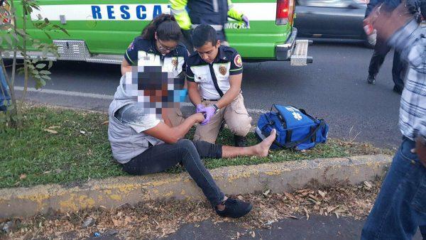 Empleado de SAPAZ queda herido al ser atropellado