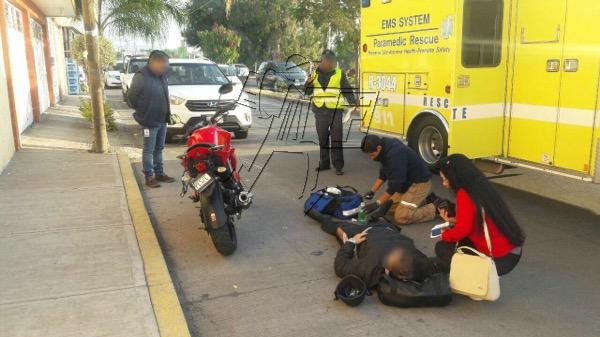 Empleado bancario herido en choque contra camioneta