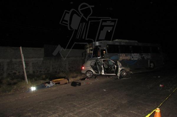 Un muerto y un herido grave al chocar auto contra camión de banda musical en Jacona