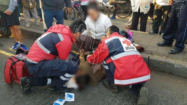 Estudiante de primaria muere tras choque de motocicleta contra camión de pasajeros