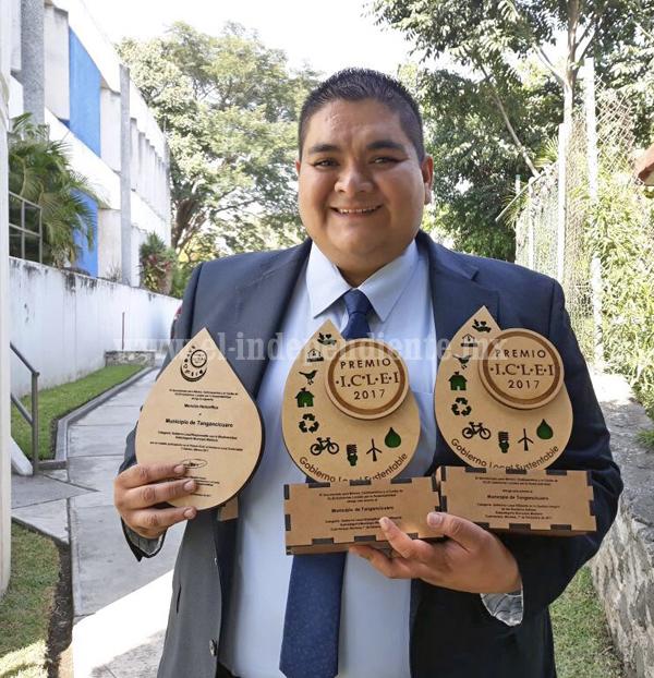 Alcalde de Tangancícuaro recibe dos premios y mención honorifica