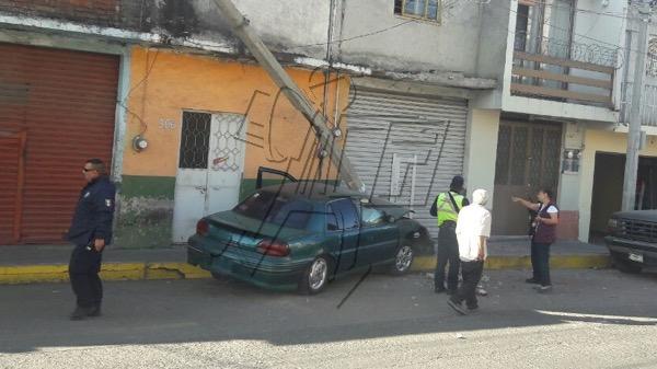 Se queda sin frenos, impacta dos autos, una moto y derriba un poste en la colonia El Duero