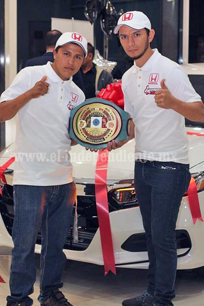 """Luís """"Monarca"""" Bedolla recibió cinturón de reconocimiento por su patrocinador"""