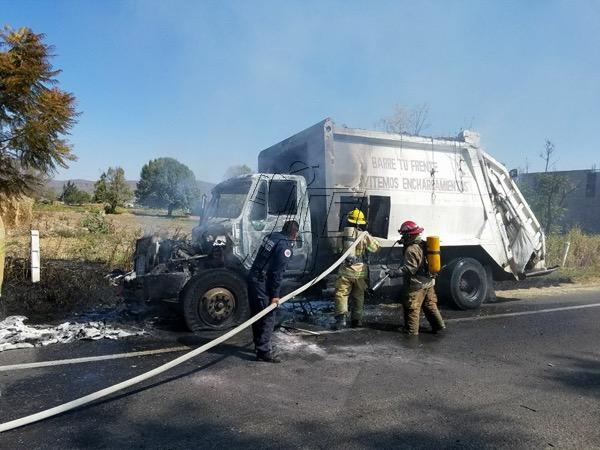 Se quema camión recolector de basura en el Libramiento de Zamora