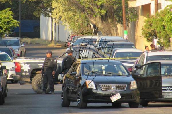 Policías rescatan a 4 rehenes de empistolado que disparó en la plaza principal de Zamora