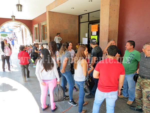Ciudadanos impiden cierre total de instalaciones de la presidencia municipal