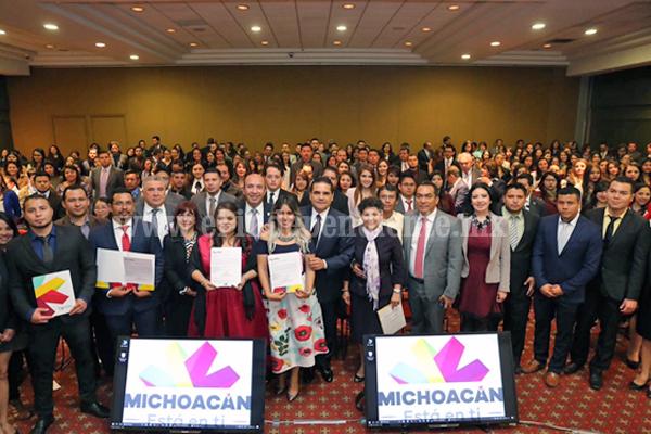 Entrega Silvano Aureoles constancias a jóvenes de nuevo ingreso al Servicio Profesional Docente