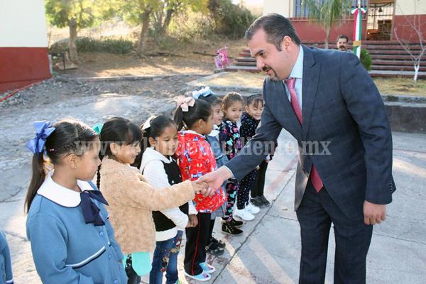 Alcalde de Ixtlán acompañó a escolares en su arranque de clases