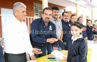 Ángel Macías entregó becas municipales a niños de primaria de San Simón