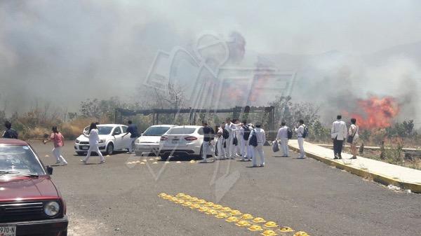Estudiantes son desalojados por incendio cerca de Facultad de Medicina en Tangancícuaro