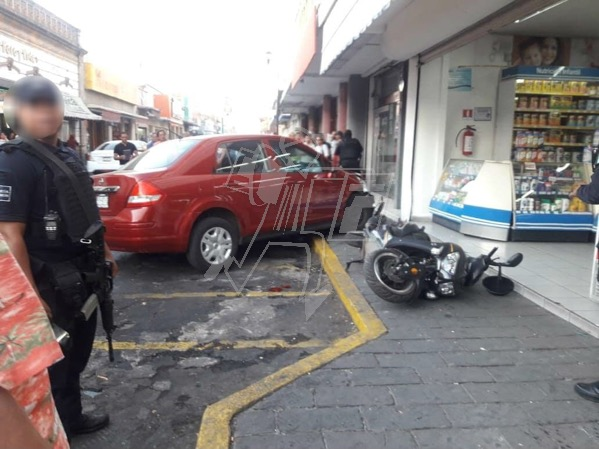 Auto se estrella contra negocio en Zamora, conductora queda herida