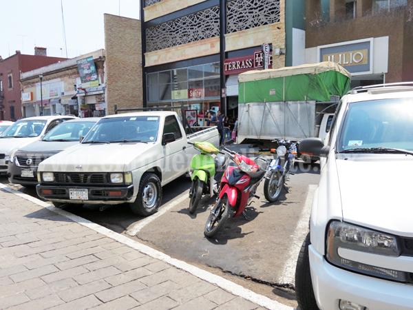Motociclistas ahuyentan llegada de compradores a zona centro
